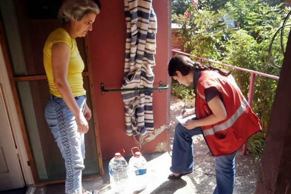 Crveni krst Inđija: Raspodela flaširane vode Crveni krst distribucija flasirane vode